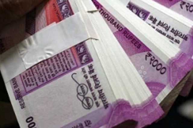 couple-running-away-with-money-lying-on-the-road-in-madhurai