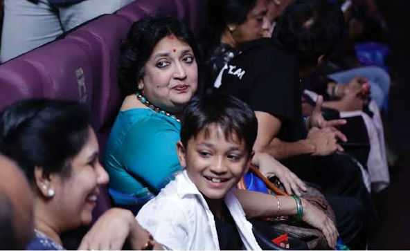 rajni-family-in-theatre-with-fans-to-see-darbar