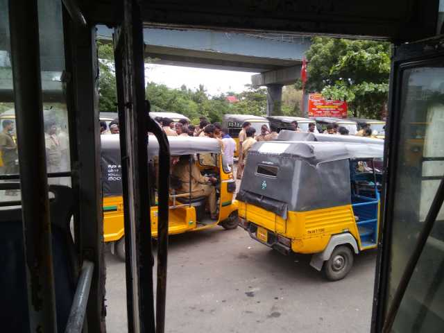 chennai-youth-cut-off-woman-hair-while-traveling-in-share-auto