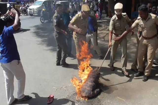 rajini-effigy-burnt-in-madurai