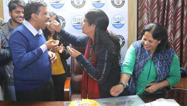 kejriwal-s-gifts-his-wife-his-partys-victory