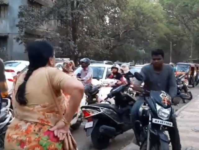 pune-woman-stands-on-pavement-and-scolds-bikers-riding-on-the-footpath